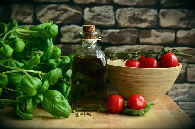 olivový olej, rajčata a bazalka