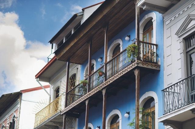 Modrý dom na druhom poschodí modrého domu s oceľovým zábradlím.jpg