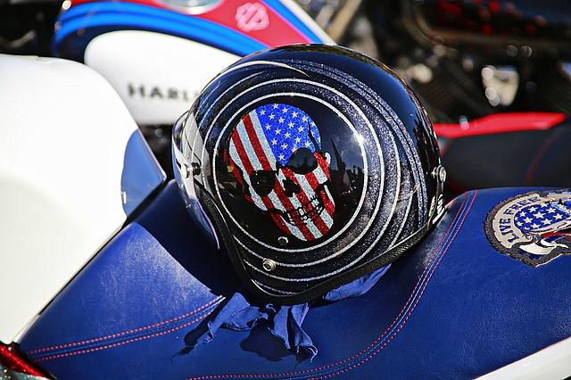 Motorka a moto-prilba, farby americkej zástavy, smrtka.jpg