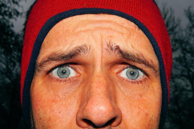 Vystrašený pohľad, muž v čiapke.jpg